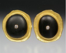 Disc earrings with basalt and diamond