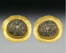 Disc earrings with granite and diamond